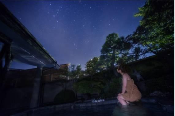 カシオペア座眺める露天風呂女性